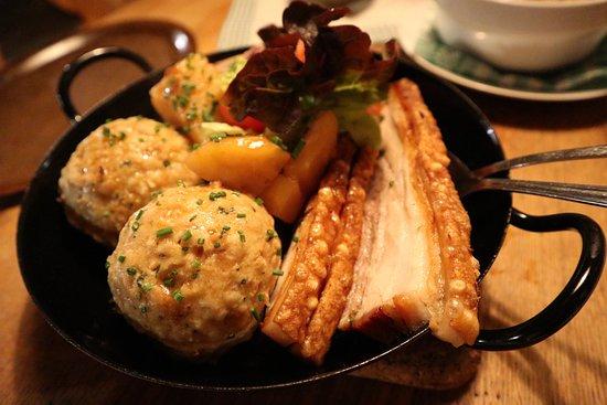 Jausenstation Schauphof: Schweinebauch und Schweinsbraten mit Semmelknödel und Kartoffeln und Sauerkraut