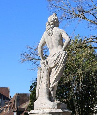 Il y a différentes statues