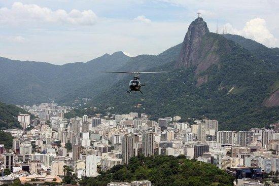 Tour en hélicoptère au-dessus de Rio...