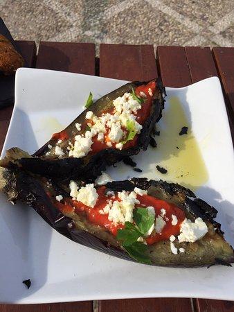 Berenjenas al carbón estilo griego, con caviar de pimientos y queso feta