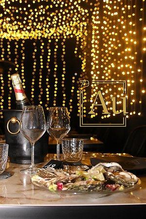 Ostriche e champagne nella stanza d'oro