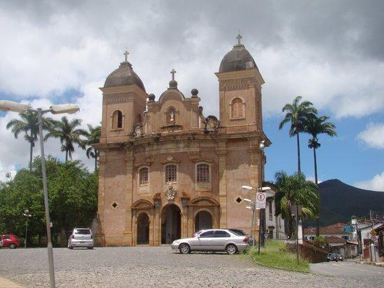 Entorno paisagístico e Igreja São Pedro dos Clérigos em Mariana