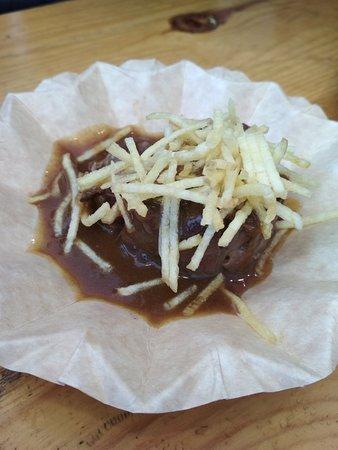 Tapas presentadas en la III Feria de la Patata Rellena de Bujalance: patata rellena, pionono de foie y carrillada.