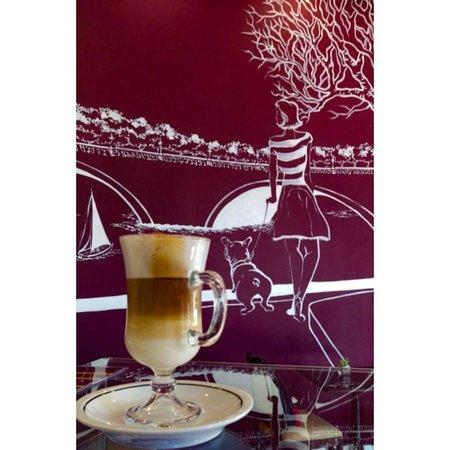 Entre as opções de café quente, temos: Latte Macchiato, Cappuccino, Mocca, Americano, Irish coffe, Expresso e muito mais!