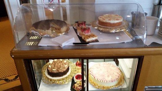 Der Kuchen und auch die Waffeln werden  auf Wunsch im Kaminzimmer oder im Speisesaal serviert.