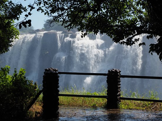 展望スポットからの滝の眺め