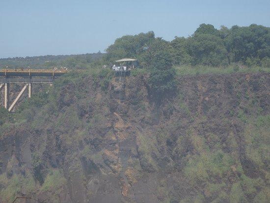 対岸にある滝底へのツアーの降下設備