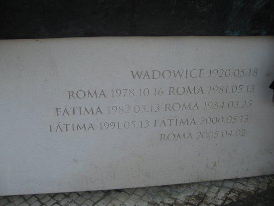 Joao Paulo II: Ważne daty z życia św. JP II - na cokole pomnika