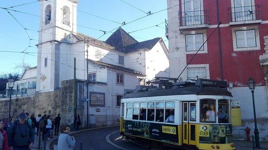 Tranvía circulando por el Mirador Portas do Sol, junto a la Iglesia de Santa Lucía.