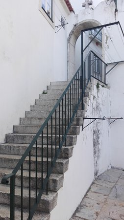 Take Lisboa : Escaleras junto a lavandería en pleno barrio de Alfama.