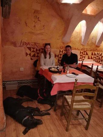 Dentro del restaurante, con un trato como este la comida sienta muchísimo mejor!!