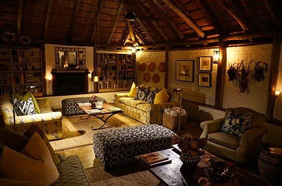Tanda Tula Safari Camp: Lounge at dinner time.