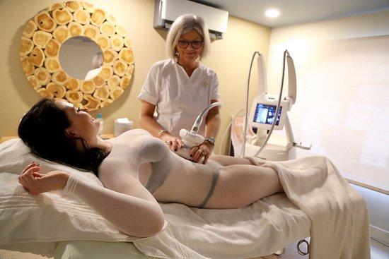 """Cryolyon: Le Cellu M6® est un appareil de Lipomassage qui """"déstocke la graisse"""", lutte contre les capitons et le relâchement de la peau.  Cet appareil minceur a les propriétés suivantes :  ·Anti-cellulite ·Anti-relâchement cutané ·Lutte contre les graisses résistantes aux régimes et à    l'exercice physique.  ·Nous utilisons le Cellu M6® intégral 2S."""