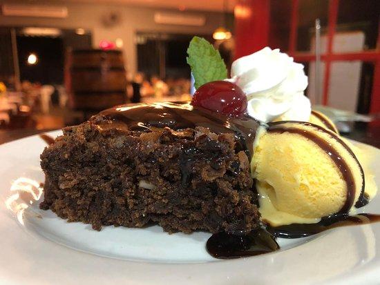 Pimenta Bueno, RO: Essa é uma sobremesa da casa. Brownie especial, vem com um bolinho delicioso com crocancia de castanha, acompanhado de 2 bolas de sorvete, chantily e cereja