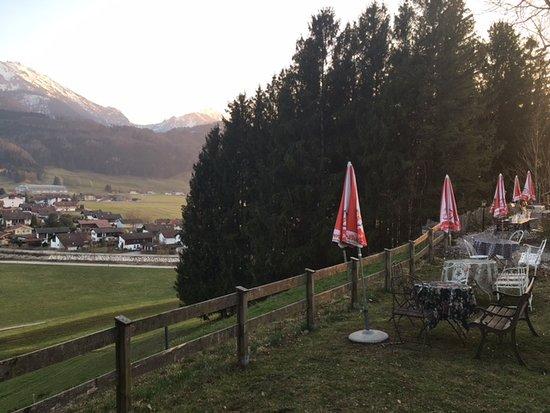Gasthaus Schellenberg: Untere Terasse mit Blick auf Hochfelln und Hochgern