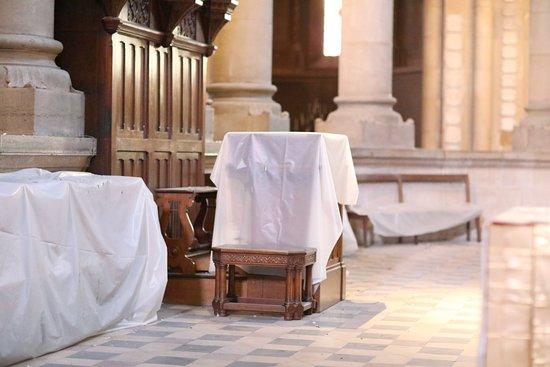 Eglise Saint-Pierre: Ayant visité cette église en février 2019, je pense qu'il serait intéressant de nettoyer le chœur de cette église, présence de fientes de pigeons. En fait on peut voir sur les photos que certains mobiliers du chœur sont protégés par des bâches en plastique.