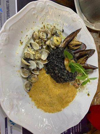 Festival Bom Gourmet - Risoto Nero - risoto de tinta de lula acompanhado de camarão, polvo, lula, marisco, vôngole e molho de salmão defumado.