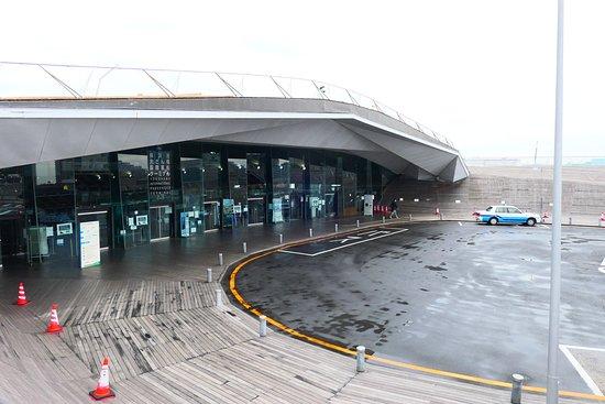 ここは旅客ターミナル港の入口付近のタクシー降り場です。