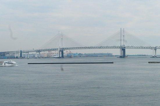大さん橋から見える横浜ベイブリッジ。大きい橋ですねー。