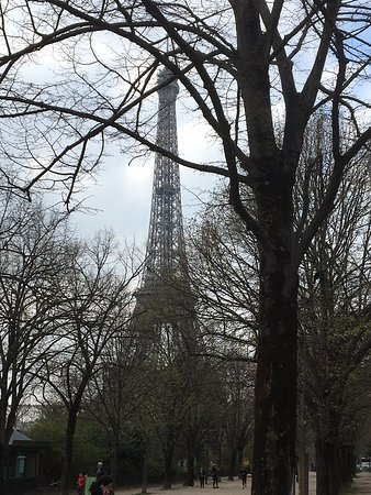 Πύργος του Άιφελ: Первый день в Париже мы начали с знакомства с Эйфелевой башней. Очень повезло с погодой, светило солнце и мы просто отдыхали любуясь красотой и величием башни.