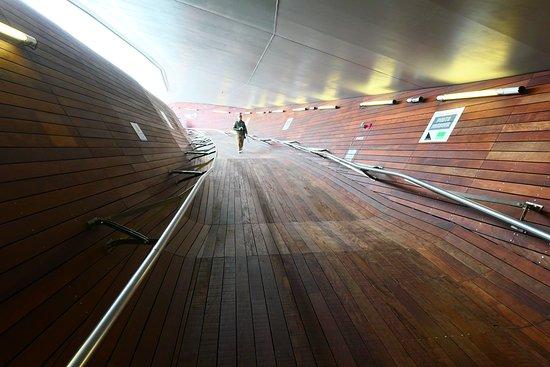 Osanbashi Yokohama International Passenger Terminal: 建物の中の通路です。トンネルのような感じですね。素敵です。