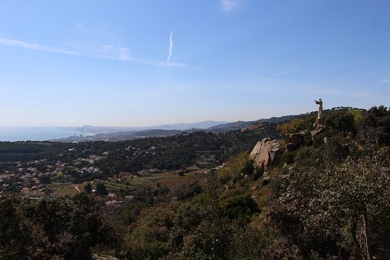 Teia, Spagna: Preciosas vistas desde el monumento del Sagrat Cor en la Serralada Litoral de Teià con vistas al Maresme y el Barcelonès.