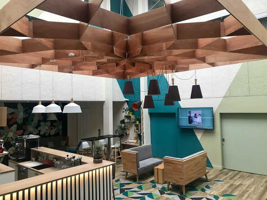 Villepinte, France: Lobby / bar met mooi licht door glazen dak.
