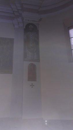 Un affresco e uno dei quadri della Via Crucis