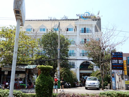 """this should be the true front view of NGOC CHAU """"4 stars"""" hotel from the road, not the cover photo on Google map"""