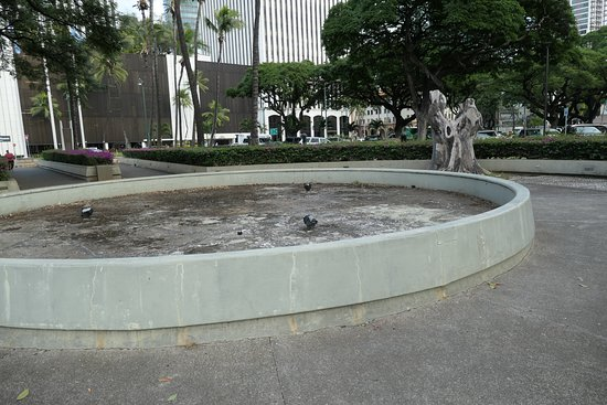 Aloha Tower Marketplace: pool not running in the complex