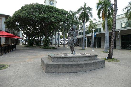 Aloha Tower Marketplace: Some nice hula dancer statues