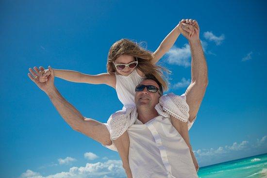 Hyatt Ziva Cancun: Family photos on beach