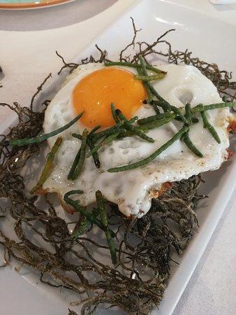 Taperia EntreBares: Huevo frito sobre lecho de algas fritas, muy bueno el contraste del huevo con las algas crujientes saladitas