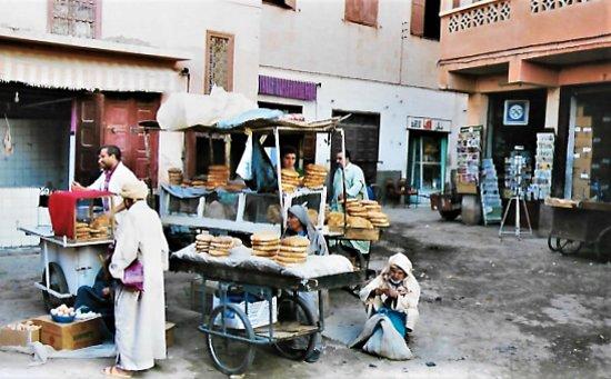 Brotverkäufer, in Marrakesch.