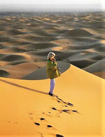 Die Sonne geht über den Dünen auf und wirft wunderbare Schatten.
