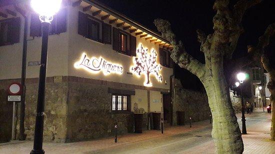 Bar Meson La Higuera: Foto nocturna del exterior del restaurante
