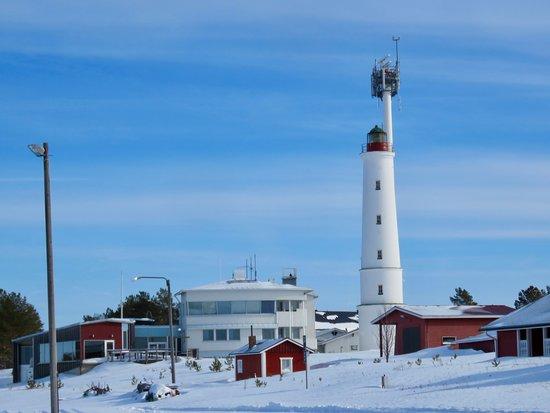 Marjaniemi Lighthouse: Näkymä on ikoninen. Olen kuvannut tuota kesät, talvet. Majakan historia on kiinnostava, mutta en vielä ole käynyt siellä tutkimassa paikkoja. Kesäisin kai sinne pääsee majakkapäivänä tutustumaan. Lähes tuosta paikasta olen maalannut akvarellin, kun lapset leikkivät auton takakontissa. Hieman haasteellinen tilanne oli, kun oli neljän poikani kanssa matkassa. Pojat keskittyivät leikkeihin, minä maalaamiseen. Sain tehtyä omasta mielestäni hienon akvarellin.