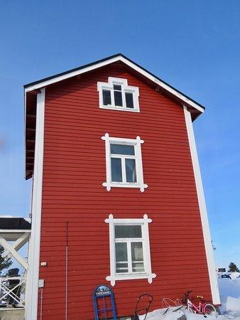 Marjaniemi Lighthouse: Vanha rakennus, Oulun yliopiston tutkimusasema aikoinaan, nyt kahvilana. Kiva paikka.Meille näytettiin yläkerran majoitustilatkin. Pääsimme katsomaan ikivanhan ikkunan läpi merelle. Nautimme kahvit ja herkulliset kahvileivät edullisella hinnalla.