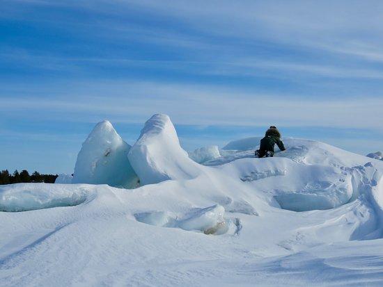 Marjaniemi Lighthouse: Jäälohkareet meren muovaamat rannalla. Tosi hienoja valokuvauskohteita.