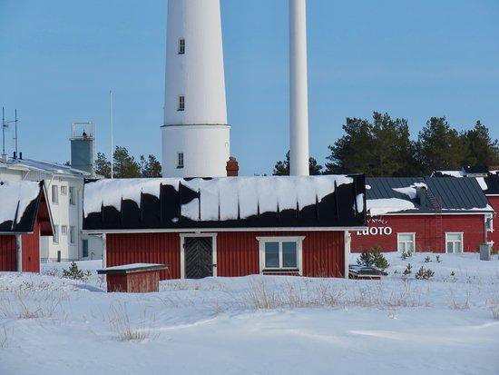 Marjaniemi Lighthouse: Rakennusten punainen väri sopii Luotoon kuin nenä päähän. Musta katto ja valkoiset ikkunanpielet toistuvat lähes kaikissa pikku kalastajamökeissä.