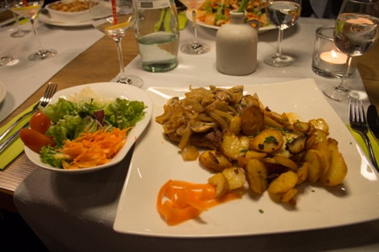 Winzersteak mit Bratkartoffeln und Zwiebeln