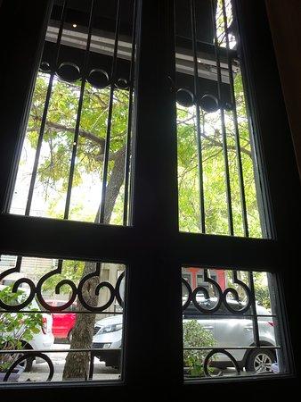 Detalhe de uma janela lateral, em nossa mesa.