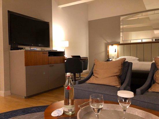 Der Blick auf TV und Minibar von der Sitzecke aus