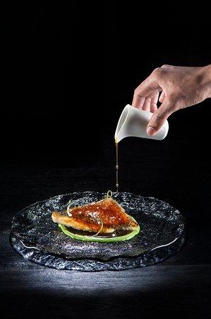 Ikea Restaurante: Lubina con piel de kimchee, caldo de bayas goji, hilo de wasabi y chalotiña de mar