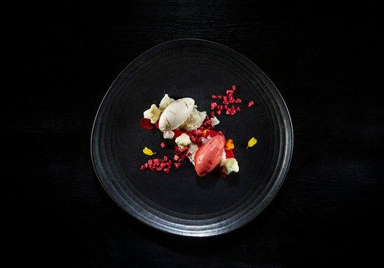 Ikea Restaurante: Helado de coliflor veteado con dulce de leche, ganache flexible de chocolate blanco y sorbete de fresa avinagrado.