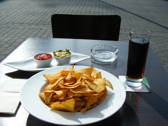 XIV Heilige Tapas-Bar: nachos mit 2 soßen