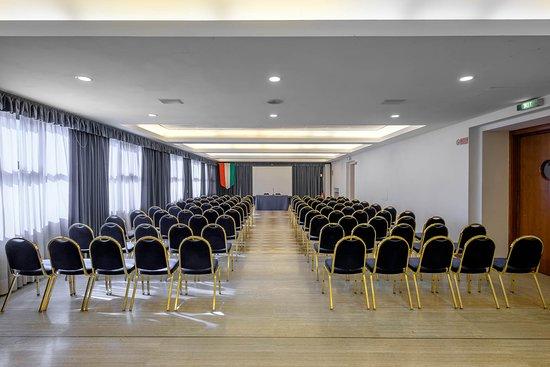 Teatro Congressi Pietro d'Abano: L'Area della Fonte (capienza 120 persone) con uno spazio totale di 160 mq è l'unica sala modulare del Teatro Congressi Pietro d'Abano. È dotata di pareti mobili permettono di separare lo spazio per accogliere eventi espositivi o di ristorazione.