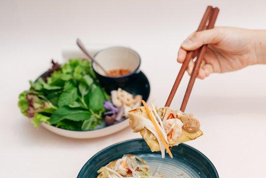 Bánh khoái R.Y.O. - Crispy turmeric rice pancake, shrimps, pork & mushrooms バィンコアイ 小さな米粉のベトナムお好み焼き