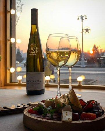 К любой бутылке вина - плато закусок на двоих в подарок! Каждый день с 18:00!