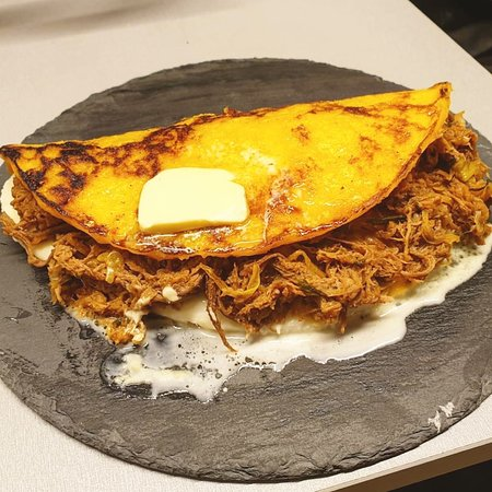 Bocono Specialty Coffee & Roaster: Cachapa de maíz dulce con queso y carne esmechada - Sweet corn pancake with Cheese and shredded meat.